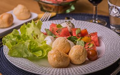 https://www.bouledor.ch/wp-content/uploads/2018/08/boule-dor-recettes-salade-caprese-pao-queijo.png
